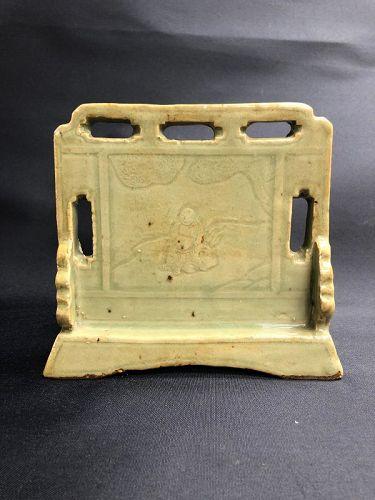Fine Yuan dynasty Longquan carved celadon scholar�s desk screen