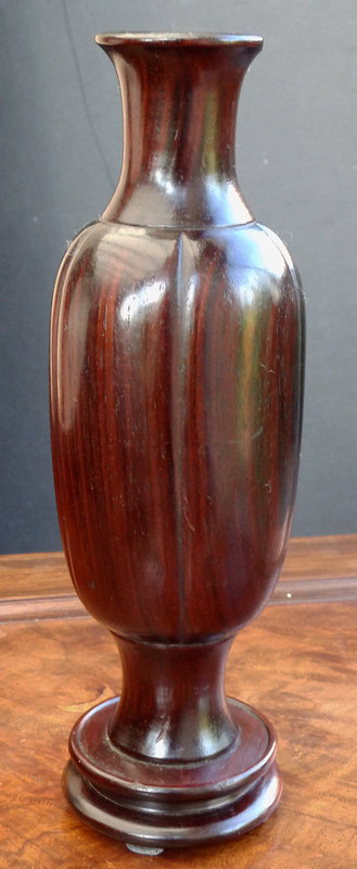 Large spillvase for the scholar�s table. Late 19th c.