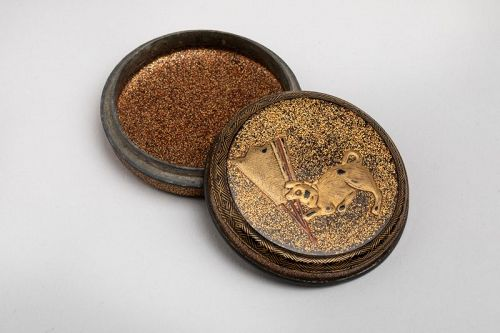 Kogo � circular japanese lacquer box for incense Edo late 17th