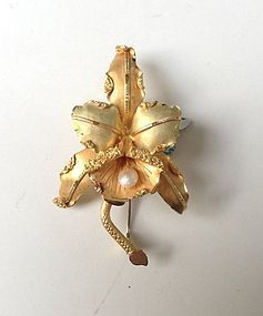CATTLEYA ORCHID 18K. GOLD  BROOCH  WITH NATURAL PEARL