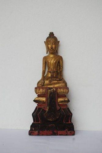 VERY SERENE ANTIQUE LANNA GILT WOODEN BUDDHA, 19TH CENTURY, THAILAND
