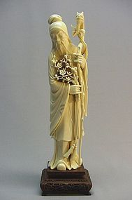 CHINESE IVORY CARVING OF A SCHOLAR