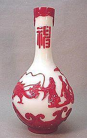 CHINESE OVERLAY PEKING GLASS VASE