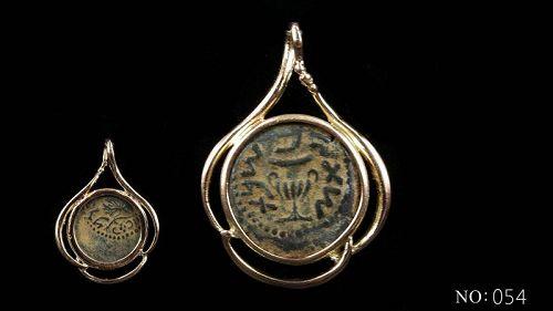A MASADA PRUTAH OF THE FIRST JEWISH REVOLT IN 14K GOLD TREFOIL PENDANT