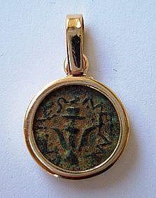 A BRONZE WIDOW'S MITE COIN SET IN 18K GOLD