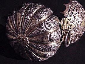 Rare peranakan gilded silver tobacco box !
