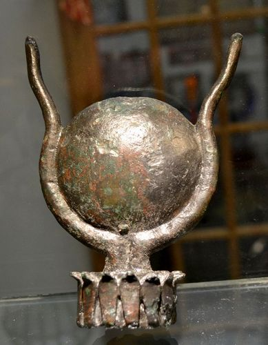 AN ANCIENT EGYPTIAN LARGE BRONZE ISIS CROWN