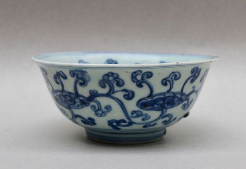 A NICE MING DYNASTY BLUE AND WHITE BOWL WITH FUNGUS PATTERN