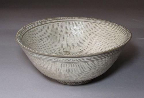 A Fin Buncheong White Slip Inlaid Buncheong Bowl-15th C.