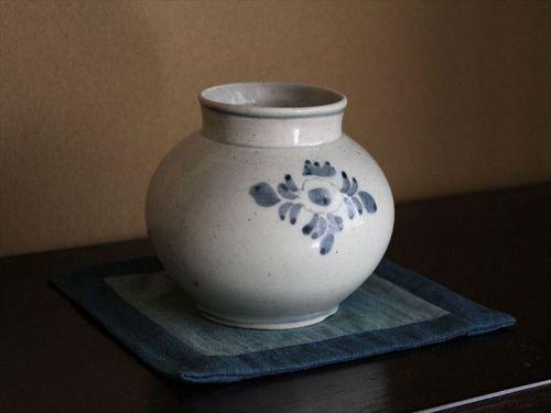 """18th century Joseon """"Bun-in""""  Blue & white flower pattern round pot"""