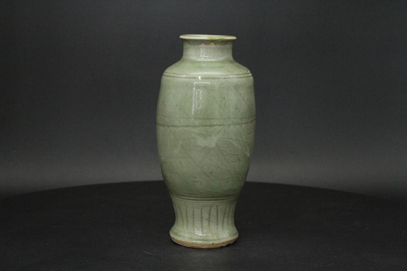 "17th century Ming "" 龍泉窯"" Long guan yao Celadon vase"