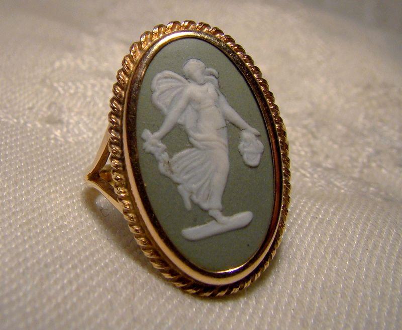 10k Yellow Gold Wedgwood Green Jasperware Melpomene Ring 1968 - Size 7