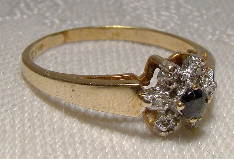 10K Yellow Gold Blue Sapphire and Diamonds Flowerhead Style Ring 1970s
