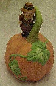 Avon GIving Thanks pumpkin / Pilgrim  porcelain bell