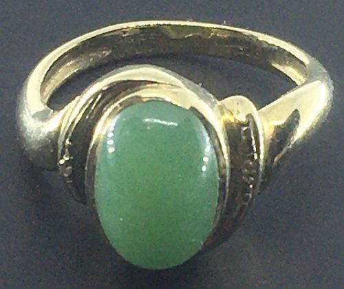 A fine natural jadeite and gold ring