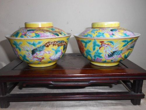 PAIR OF YELLOW-GROUND FAMILLE-ROSE BOWLS