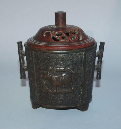 Small bronze incense burner, animal décor, Murata Seimin, Japan 19th c
